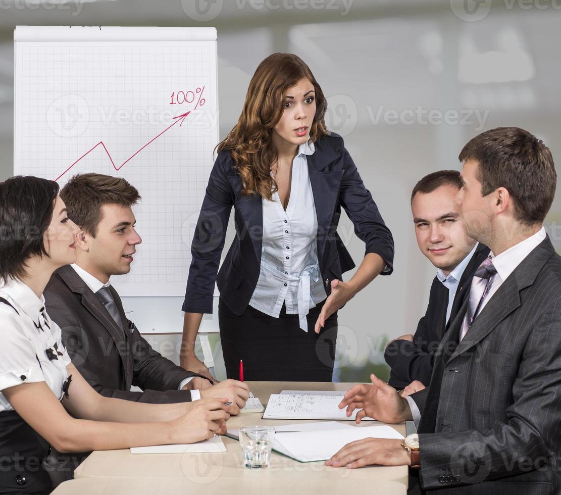 gerente feminina enérgica instrui sua equipe foto