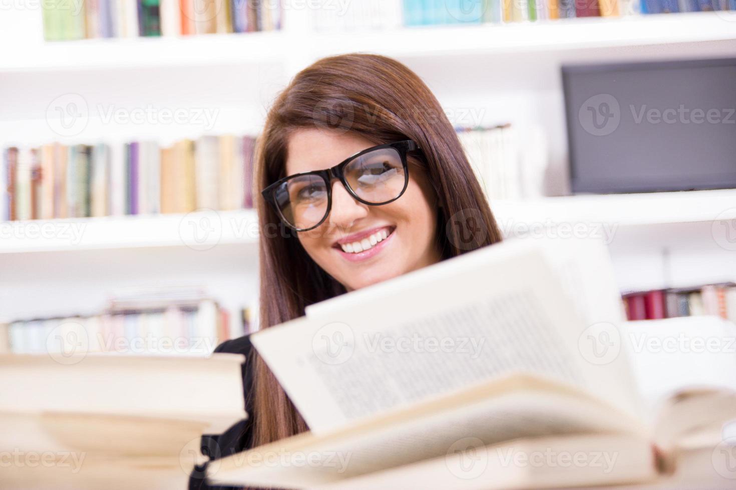 aluna bonita com óculos sorrindo foto