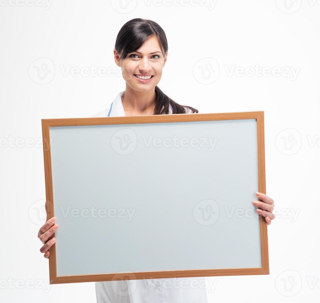 médica, segurando a placa branca em branco foto