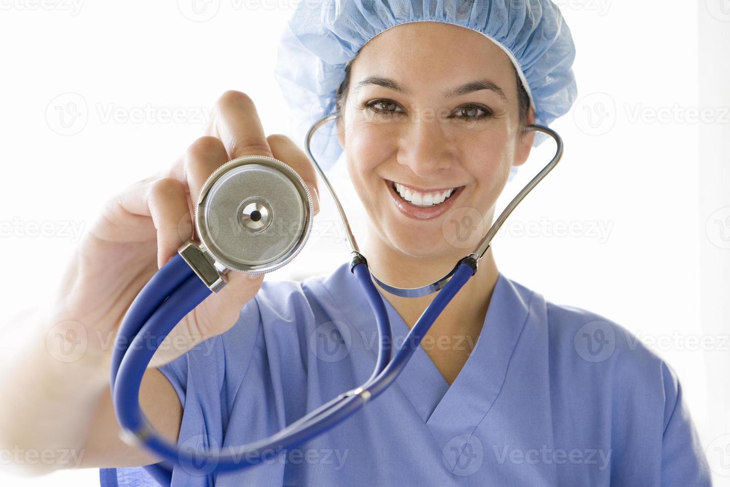 médica com estetoscópio, sorrindo, retrato foto