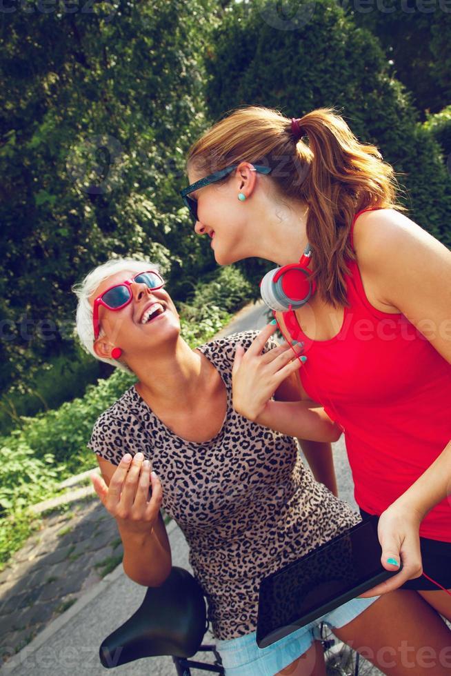 duas mulheres jovens se divertindo no parque foto
