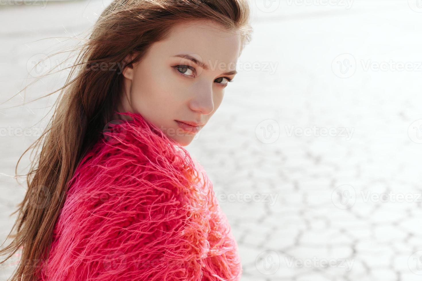 retrato ao ar livre do jovem modelo feminino bonito foto