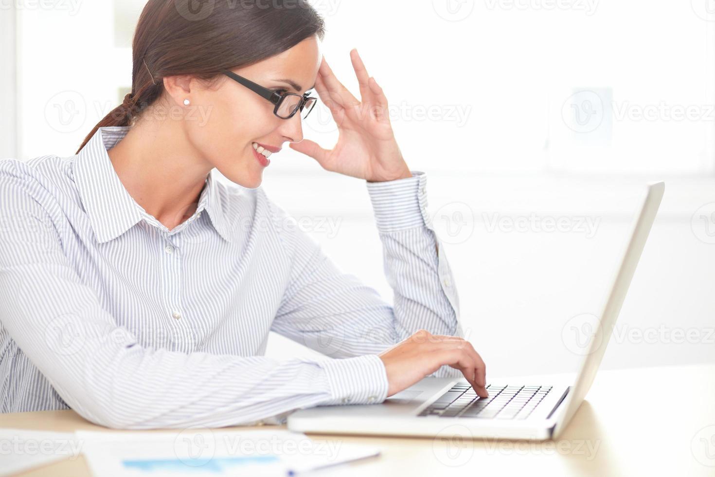 executivo feminino encantador, trabalhando no computador foto