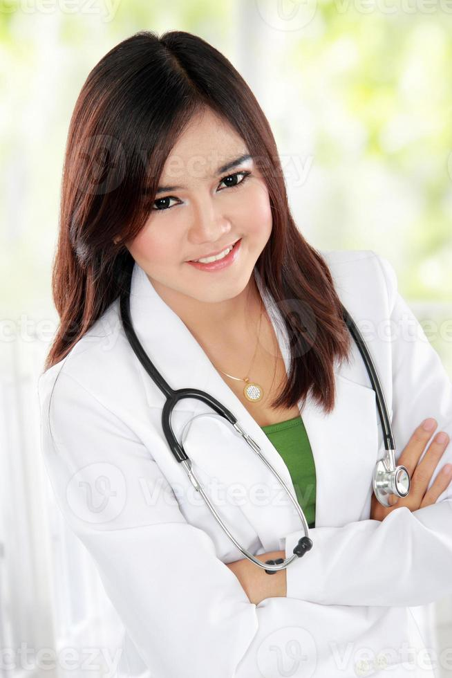 docotr feminino asiático com braço cruzado foto