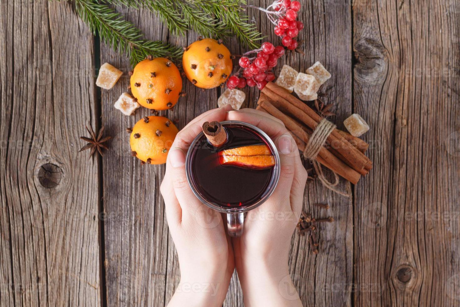 copo de espera feminino de vinho quente quente foto