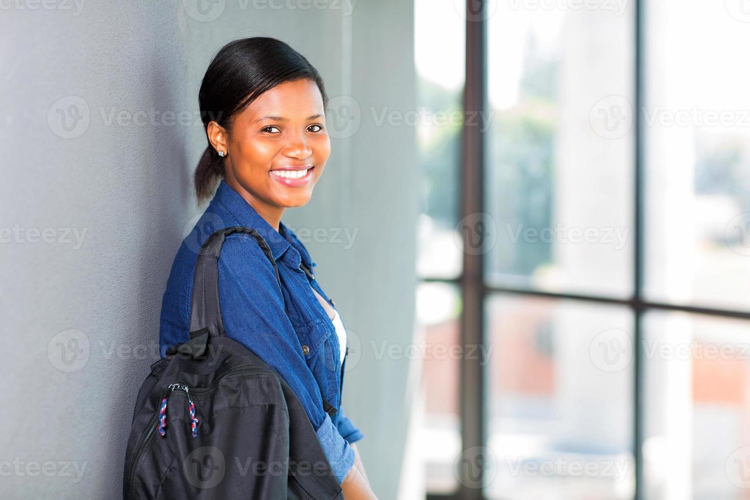 aluna africana, encostado a uma parede foto