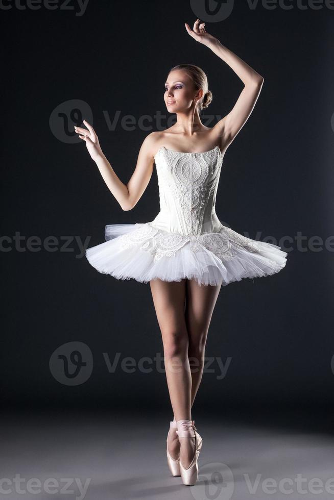 dançarina de balé feminina atraente posando no estúdio foto