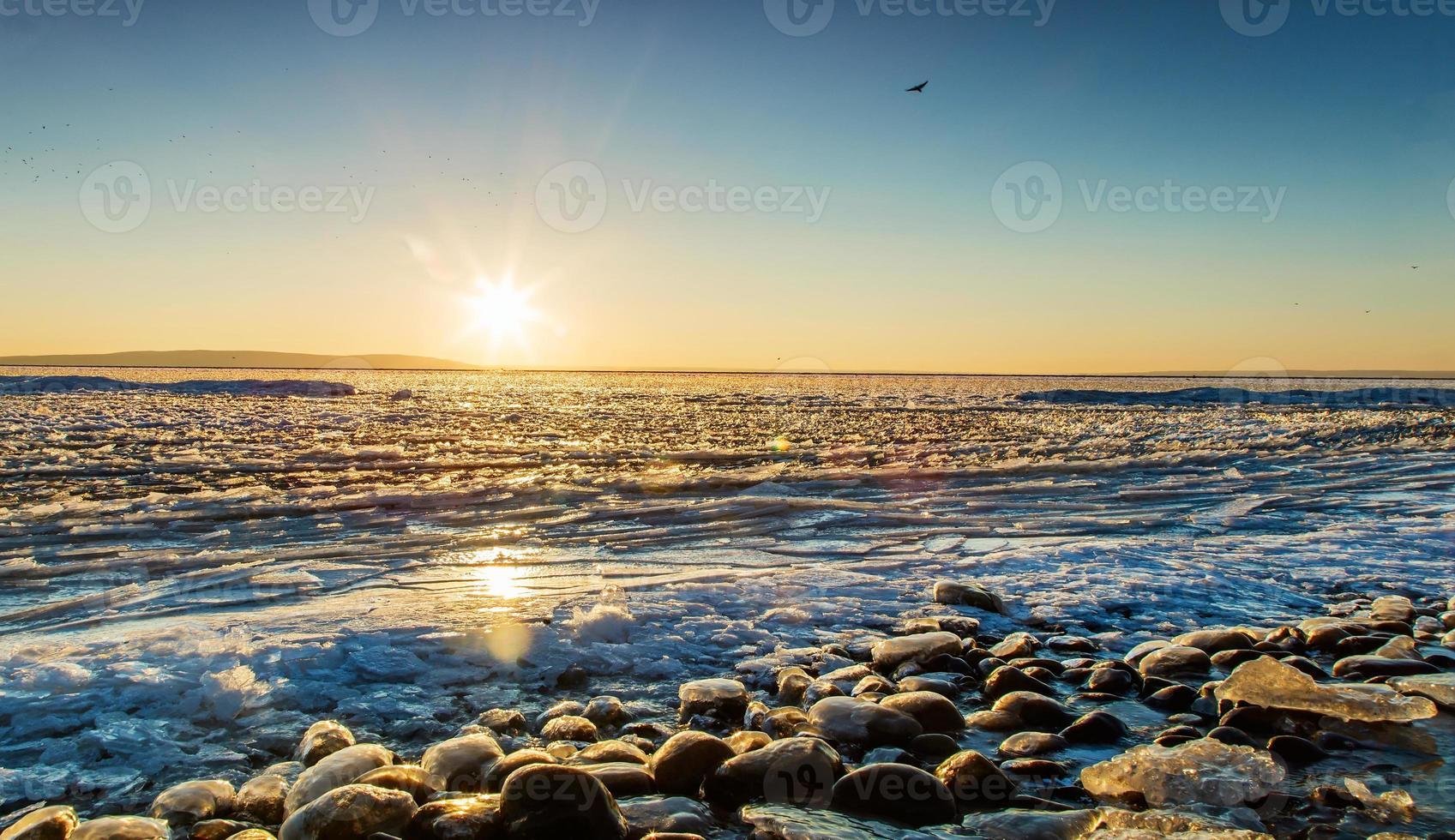 pôr do sol na praia de gelo. foto