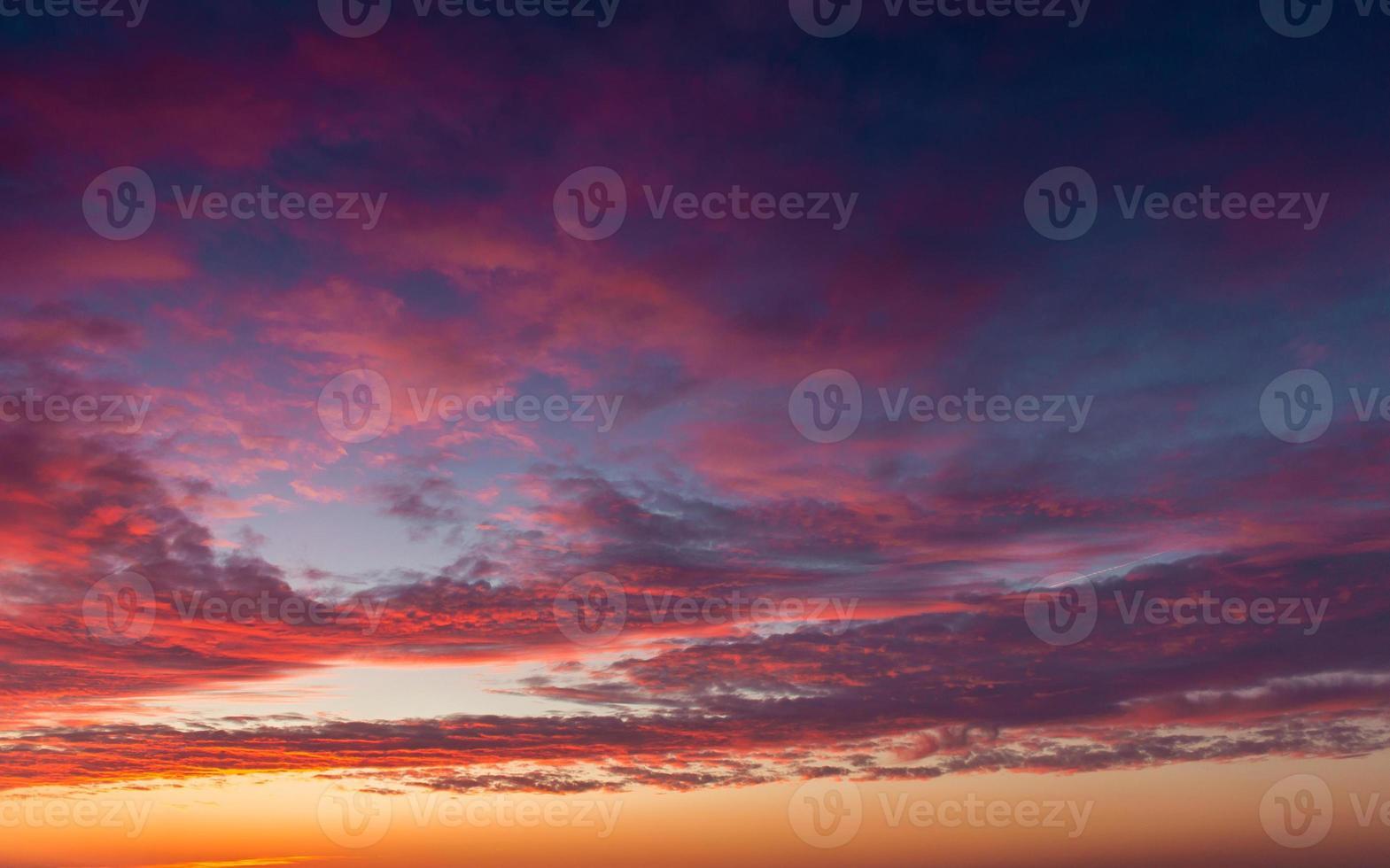 belas nuvens do sol foto
