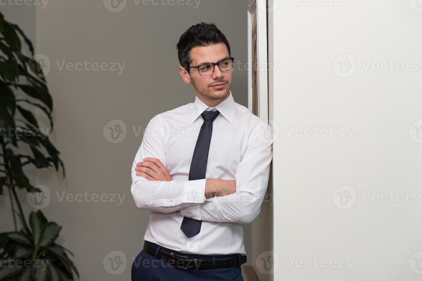 retrato de homem de negócios jovem no escritório foto