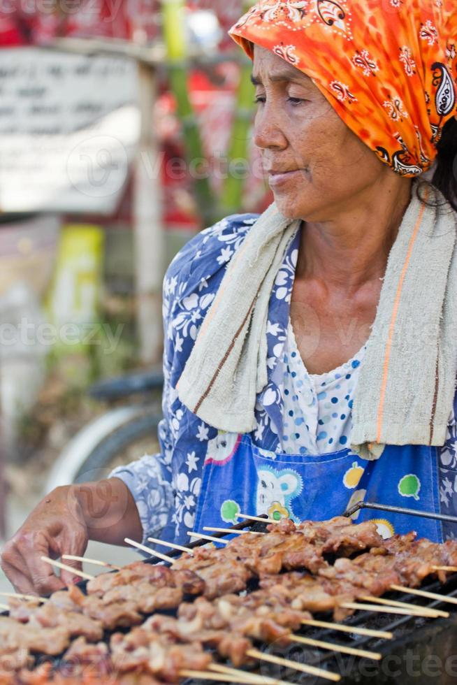 mulher vendendo comida na rua foto