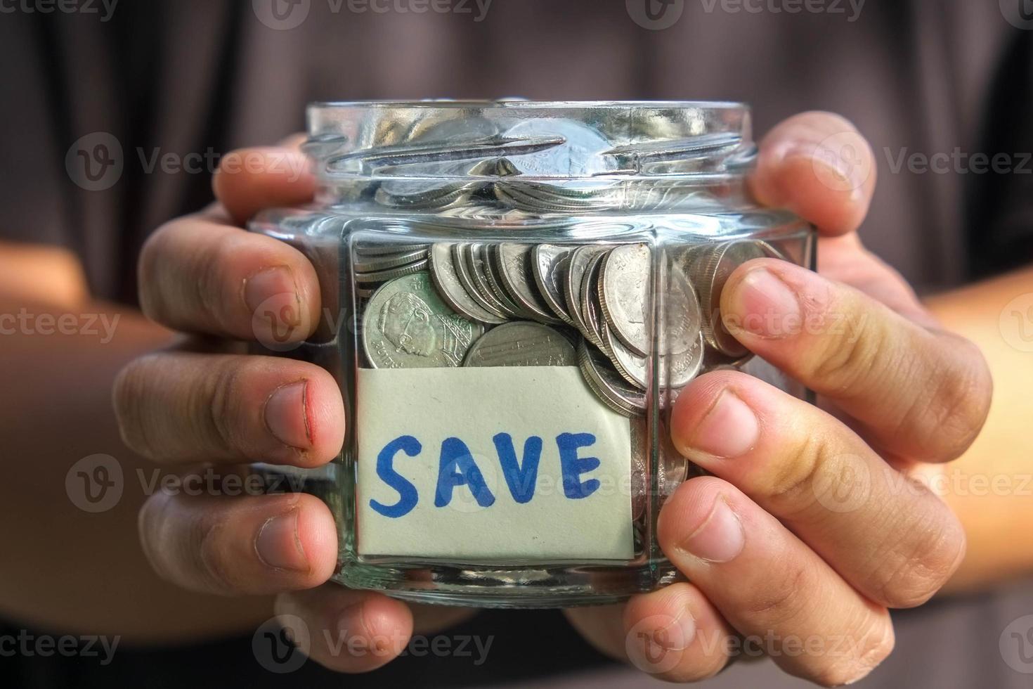 mãos segurando dinheiro foto