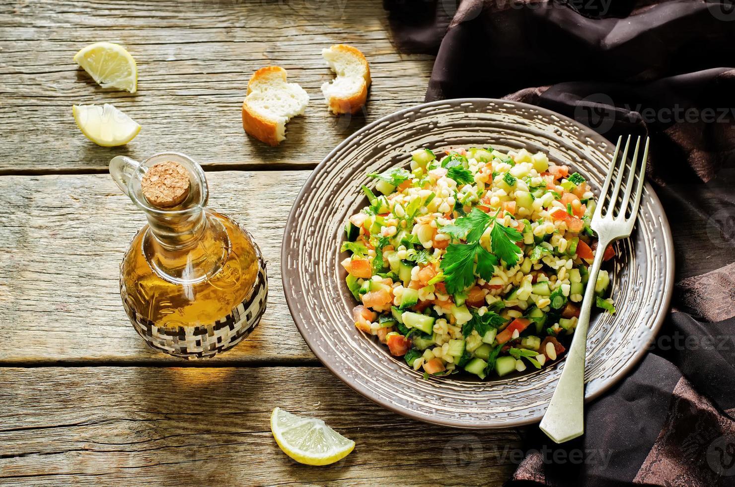 salada com bulgur e legumes, tabule foto
