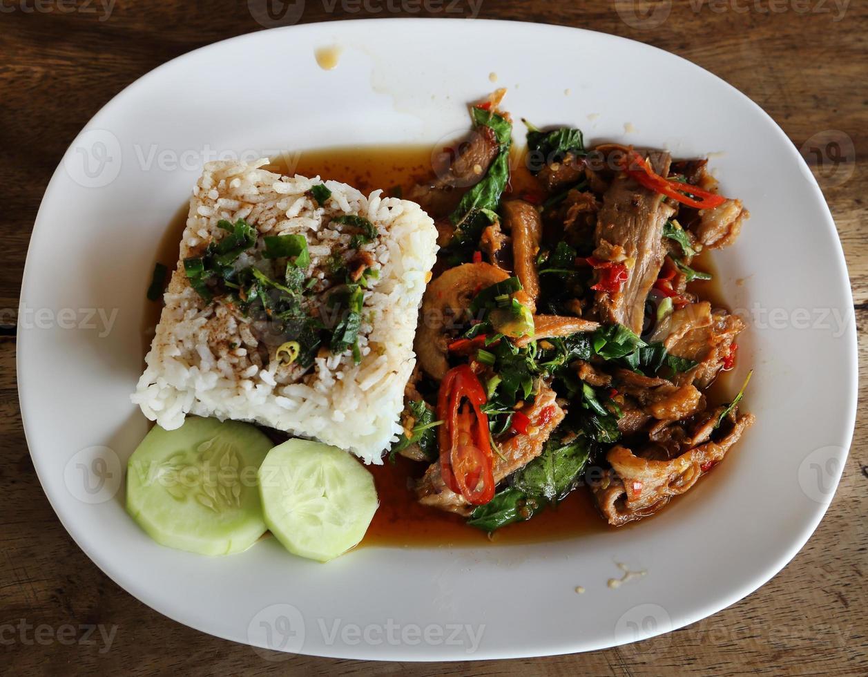 carne de porco frita com arroz doce de basi e jasmim branco foto