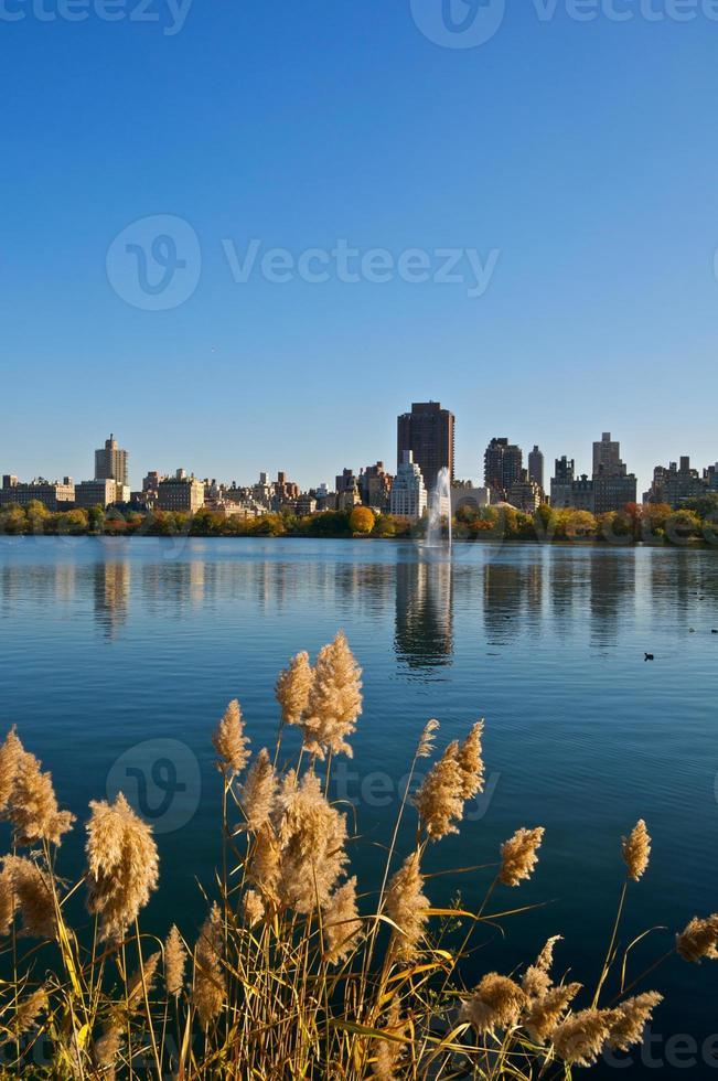 reservatório do central park & skyline da paisagem urbana do lado leste, manhattan, nyc foto