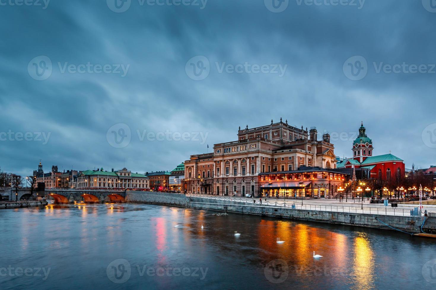 ópera real de Estocolmo iluminada à noite, Suécia foto