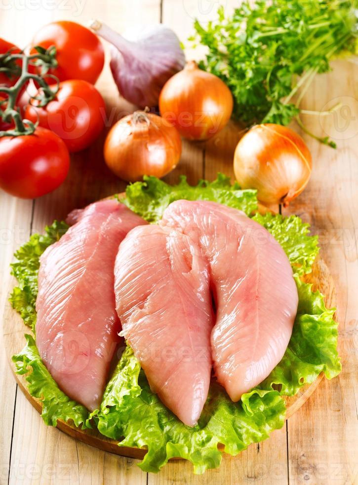 peito de frango cru com legumes foto