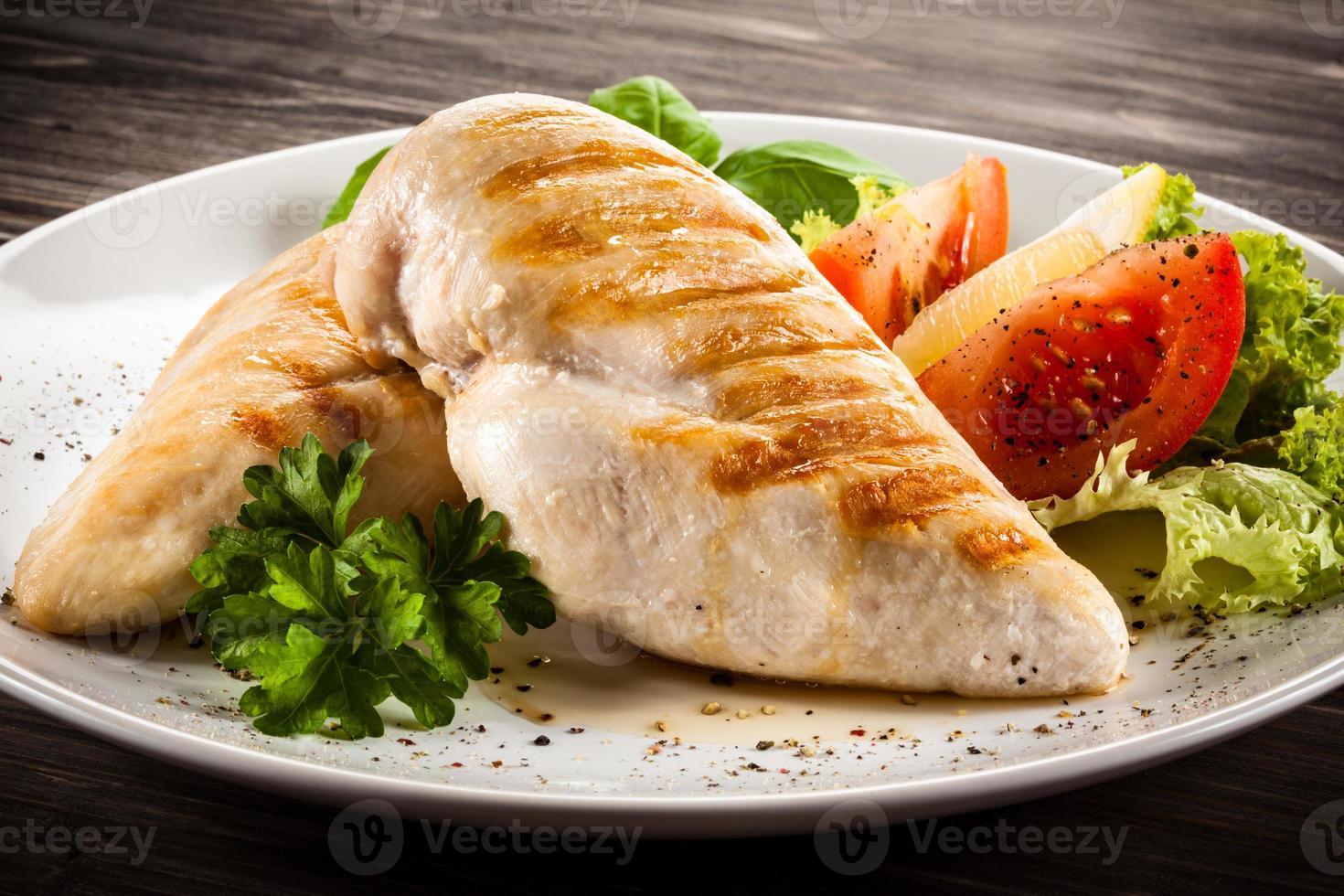 filetes de frango assado e legumes foto
