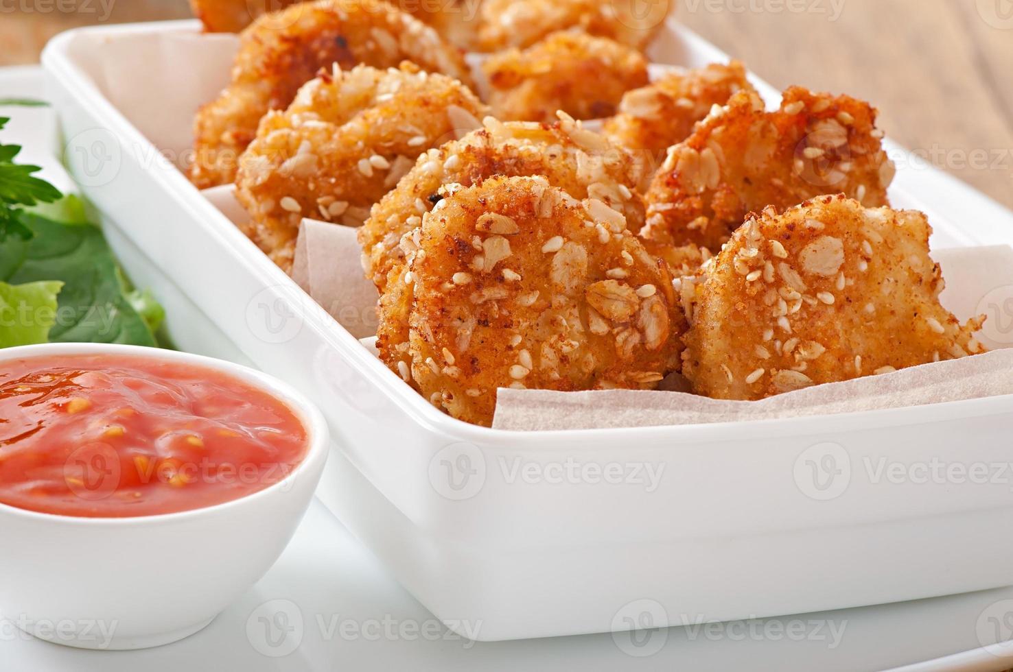 nuggets de frango revestidos com cereais, migalhas e gergelim foto
