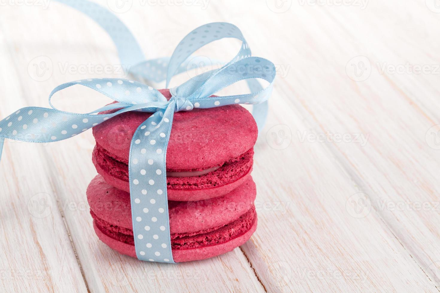 macarons vermelhos com fita azul foto