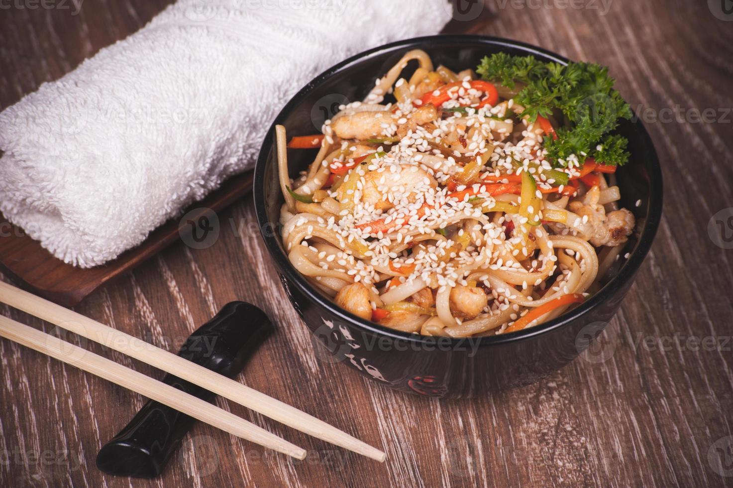 macarrão udon de frango foto