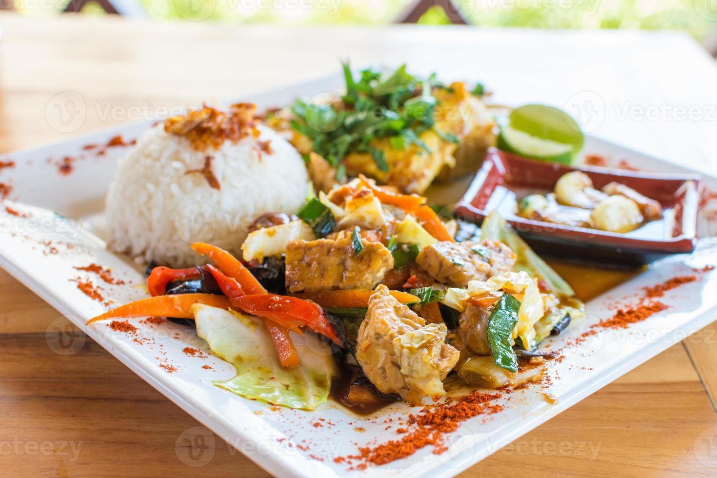 cozinha balinesa tradicional. legumes e frango salteados com arroz. foto