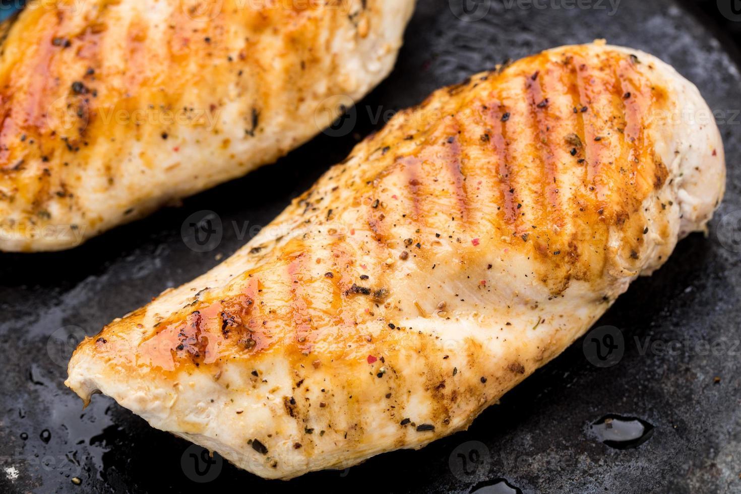 peitos de frango grelhados foto