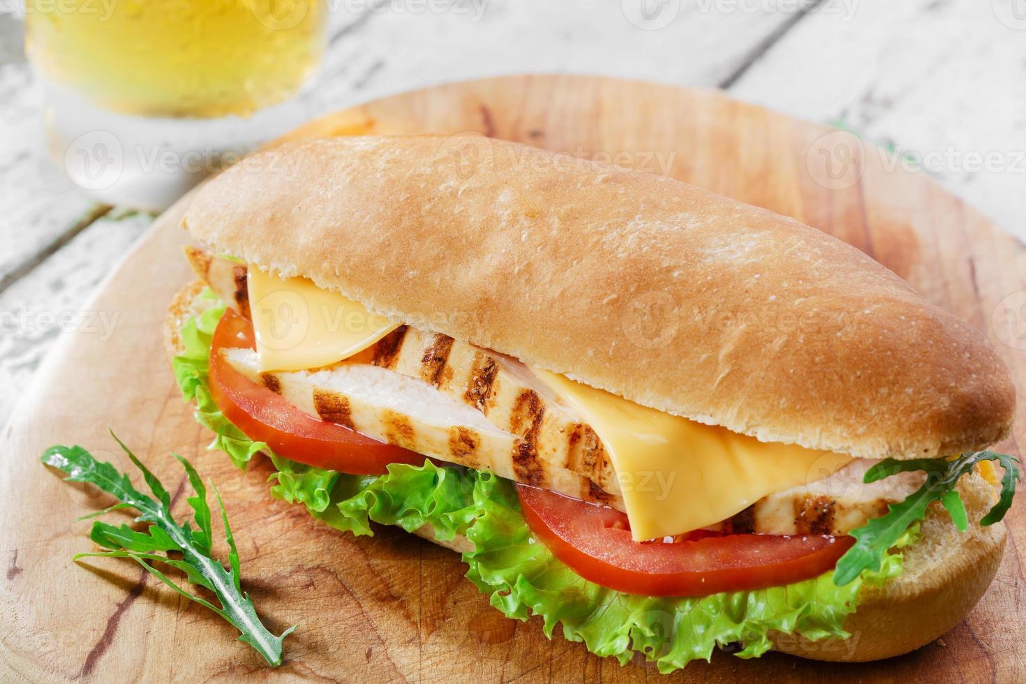 sanduíche com frango grelhado e tomate queijo foto