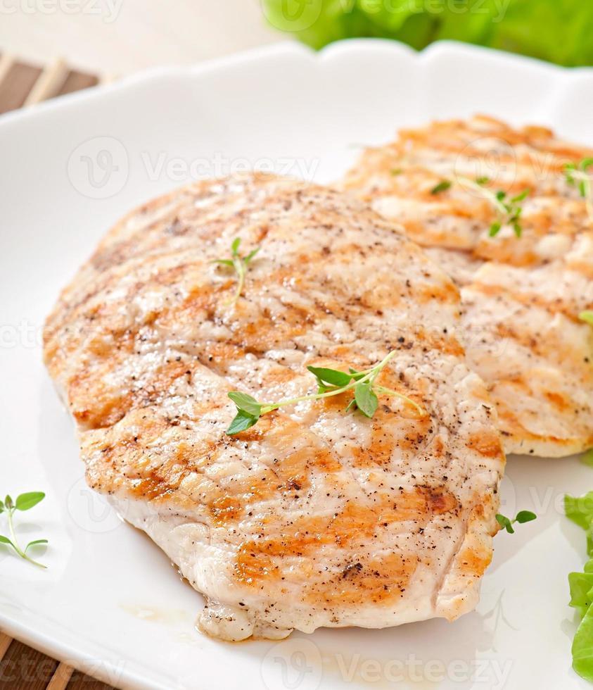 peitos de frango grelhados e legumes foto