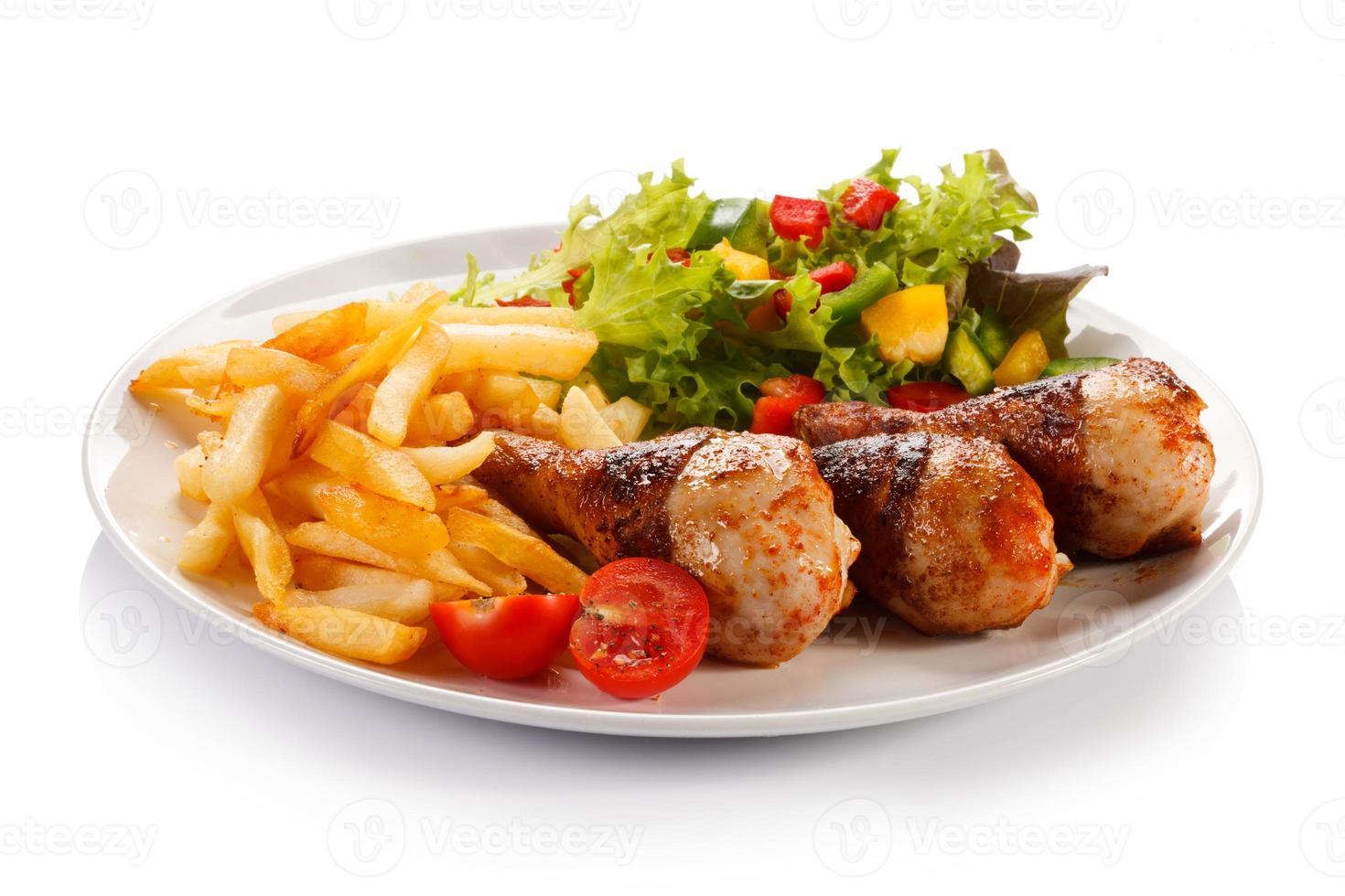 coxinhas de frango assado, batata frita e legumes foto