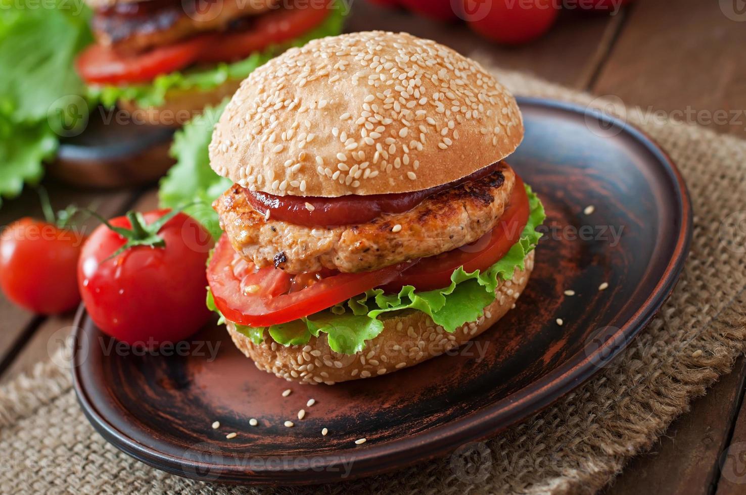 sanduíche com hambúrguer de frango, tomate e alface foto