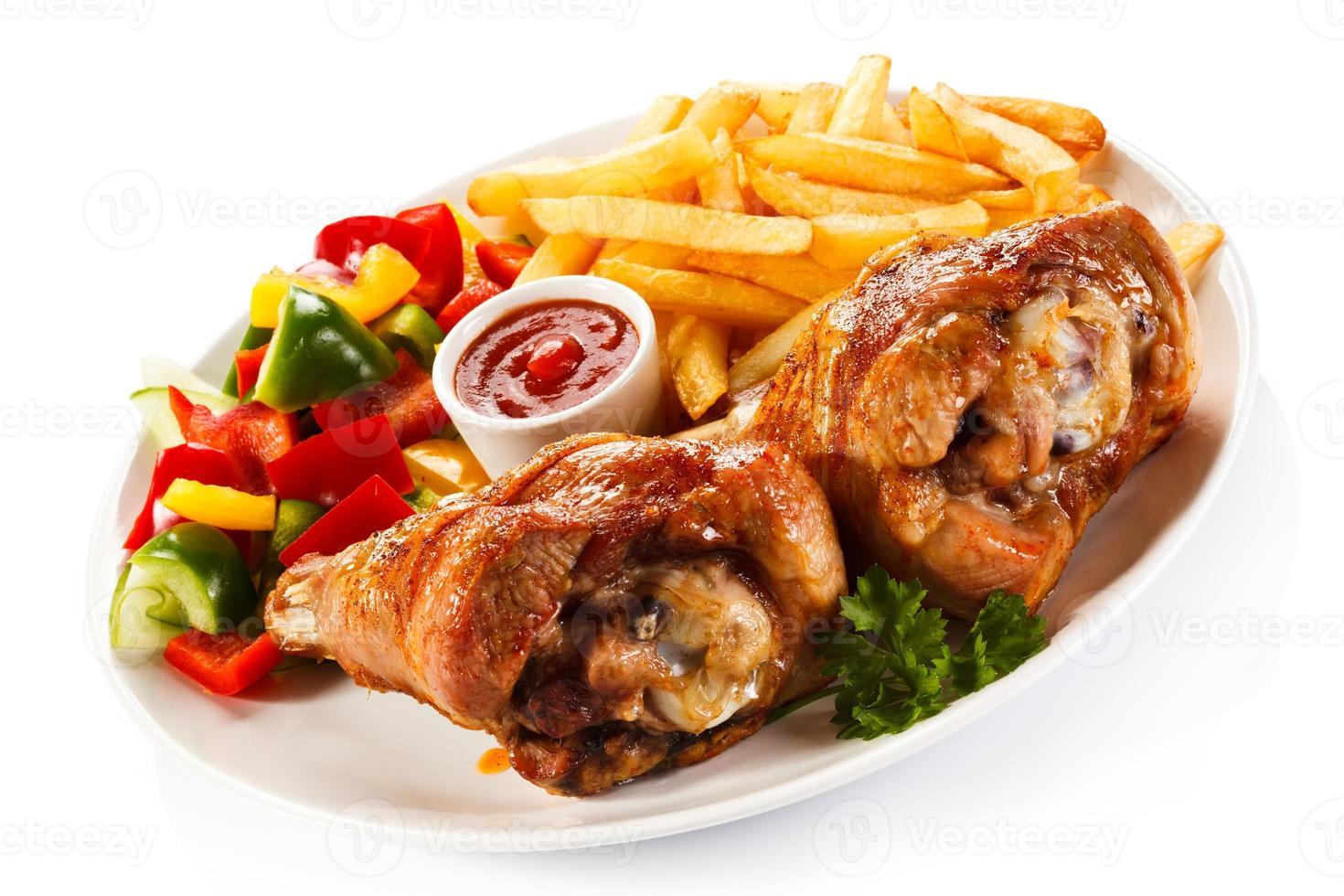coxa de peru assada, batata frita e legumes foto