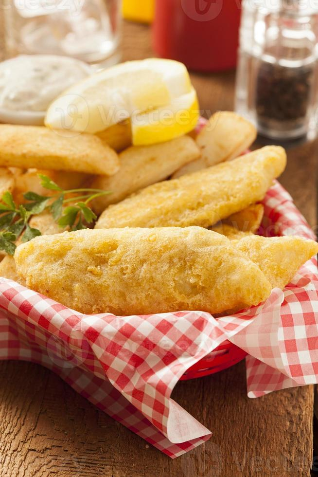 peixe e batatas fritas tradicionais foto