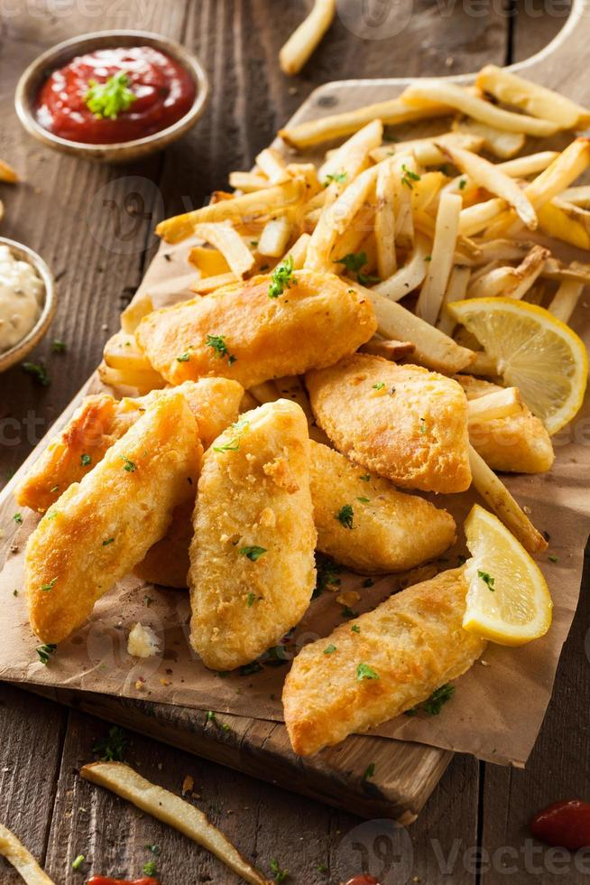 peixe e batatas fritas crocantes foto