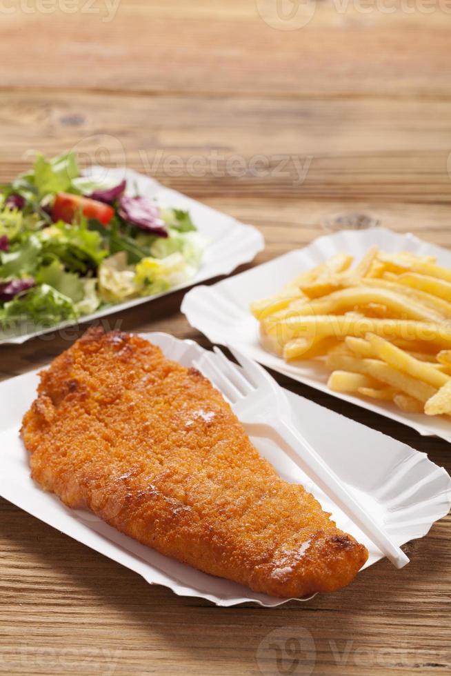 peixe frito e batatas fritas em uma bandeja de papel foto