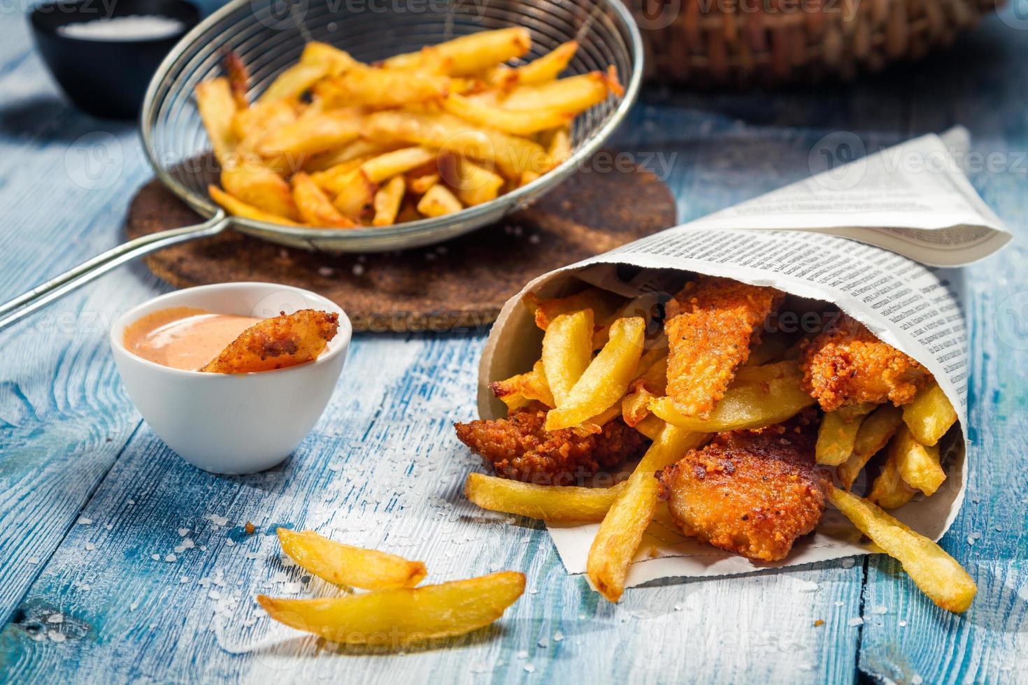 peixe com batatas fritas servido no jornal foto