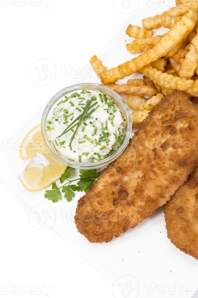 filé de salmão com batatas fritas isolado no branco foto
