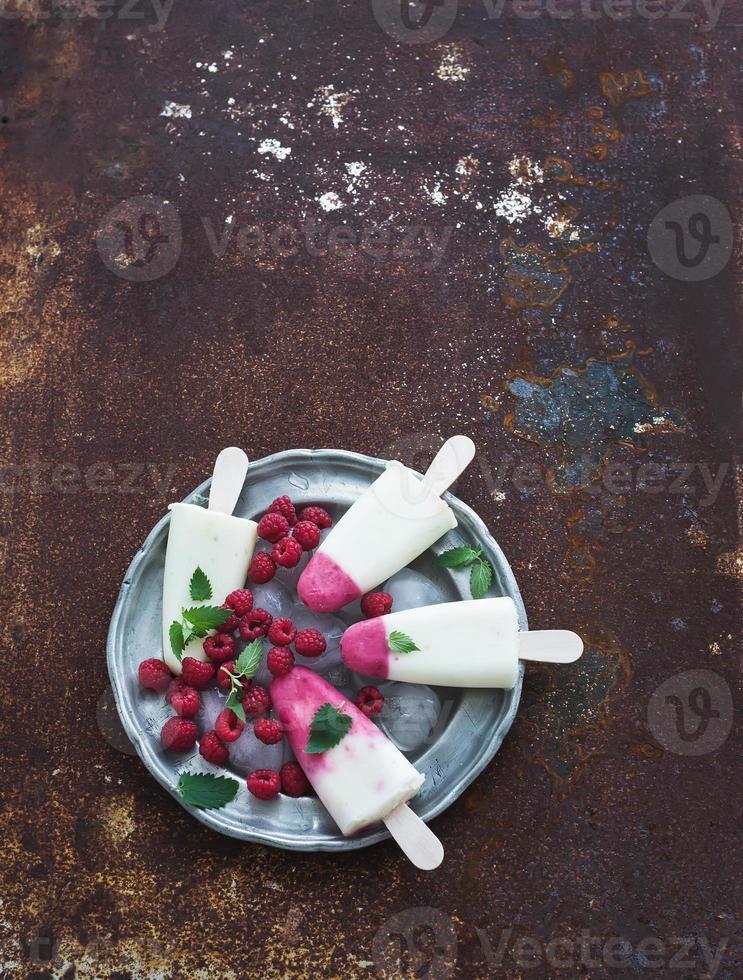 sorvete de iogurte com limão e framboesa ou picolé com frutas frescas foto