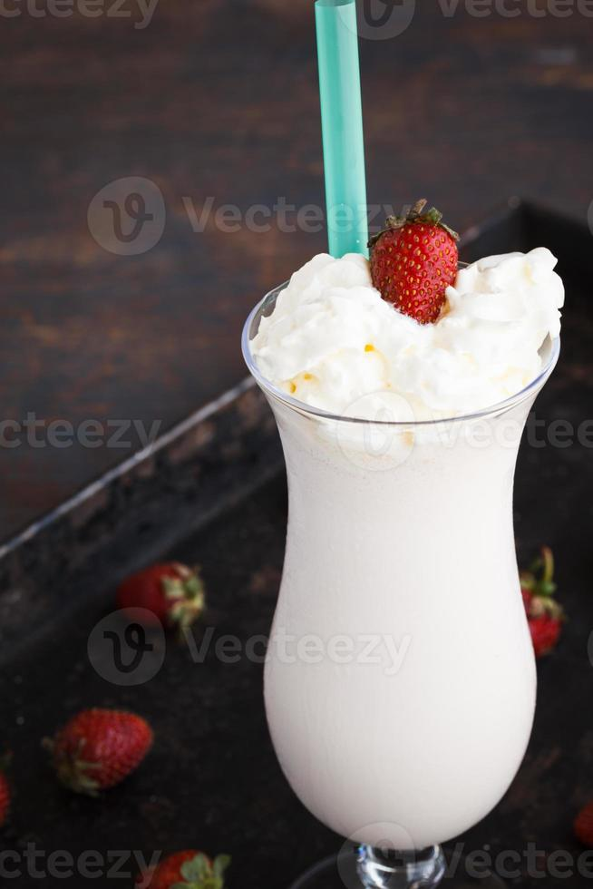 milk-shake com morango e creme foto
