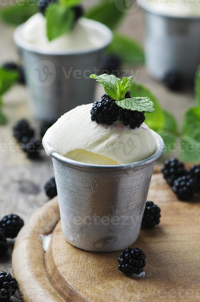 sorvete delicioso com frutas e hortelã foto