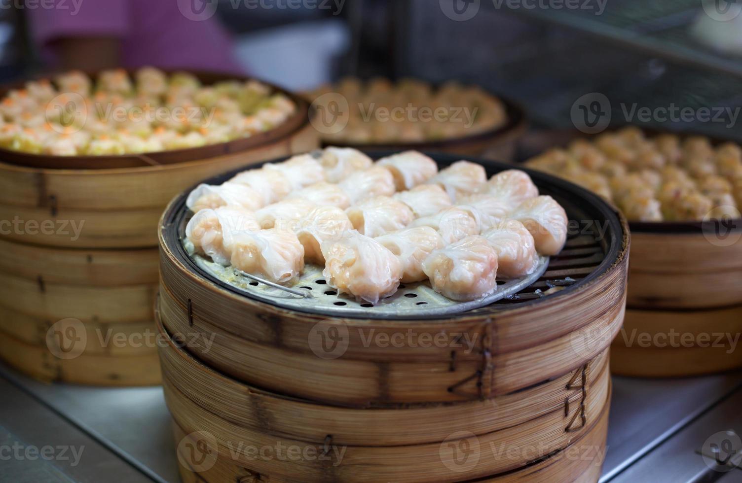 dimsum cozido no vapor chinês em recipientes de bambu foto