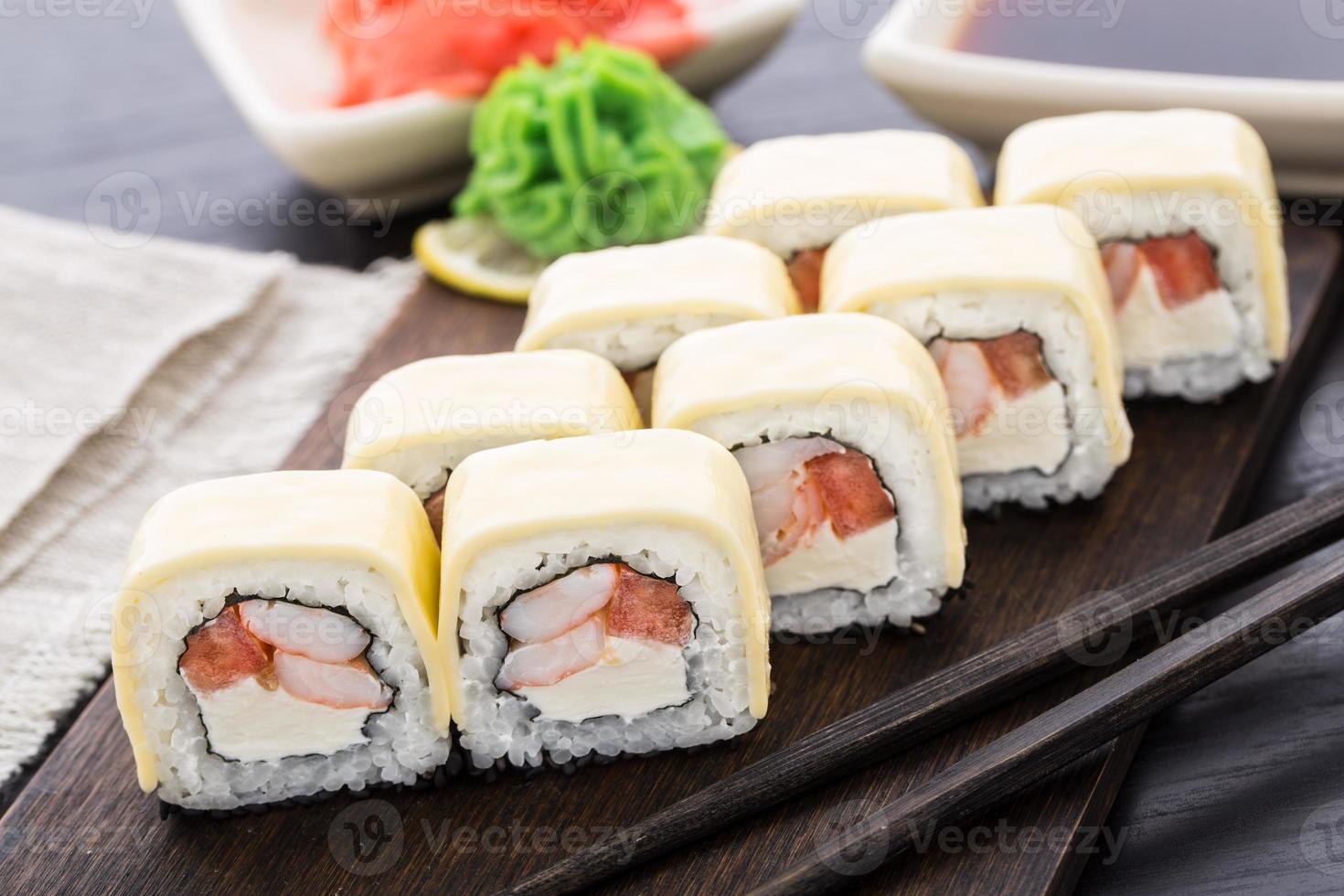 rolos de sushi com camarão e queijo cheddar foto