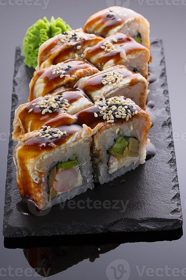 sushi japonês com enguia em um prato de pedra foto