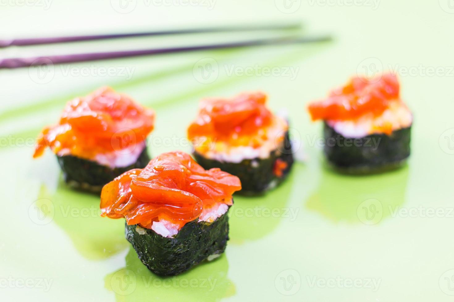 rolos de sushi comida japonesa tradicional foto