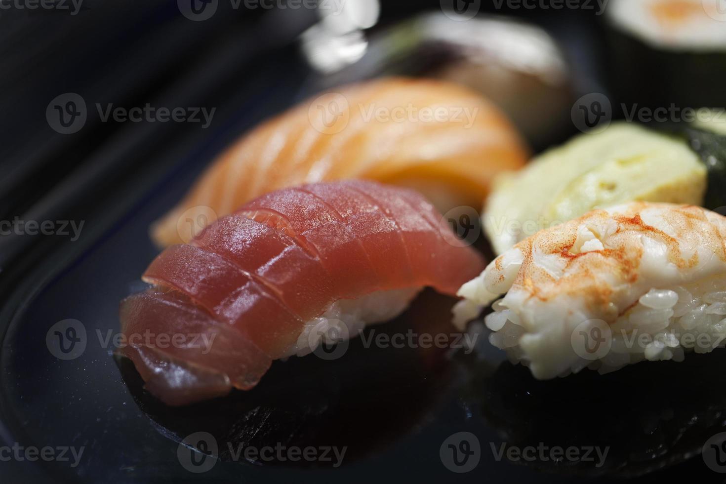 sushi: nigiri en fondo negro foto