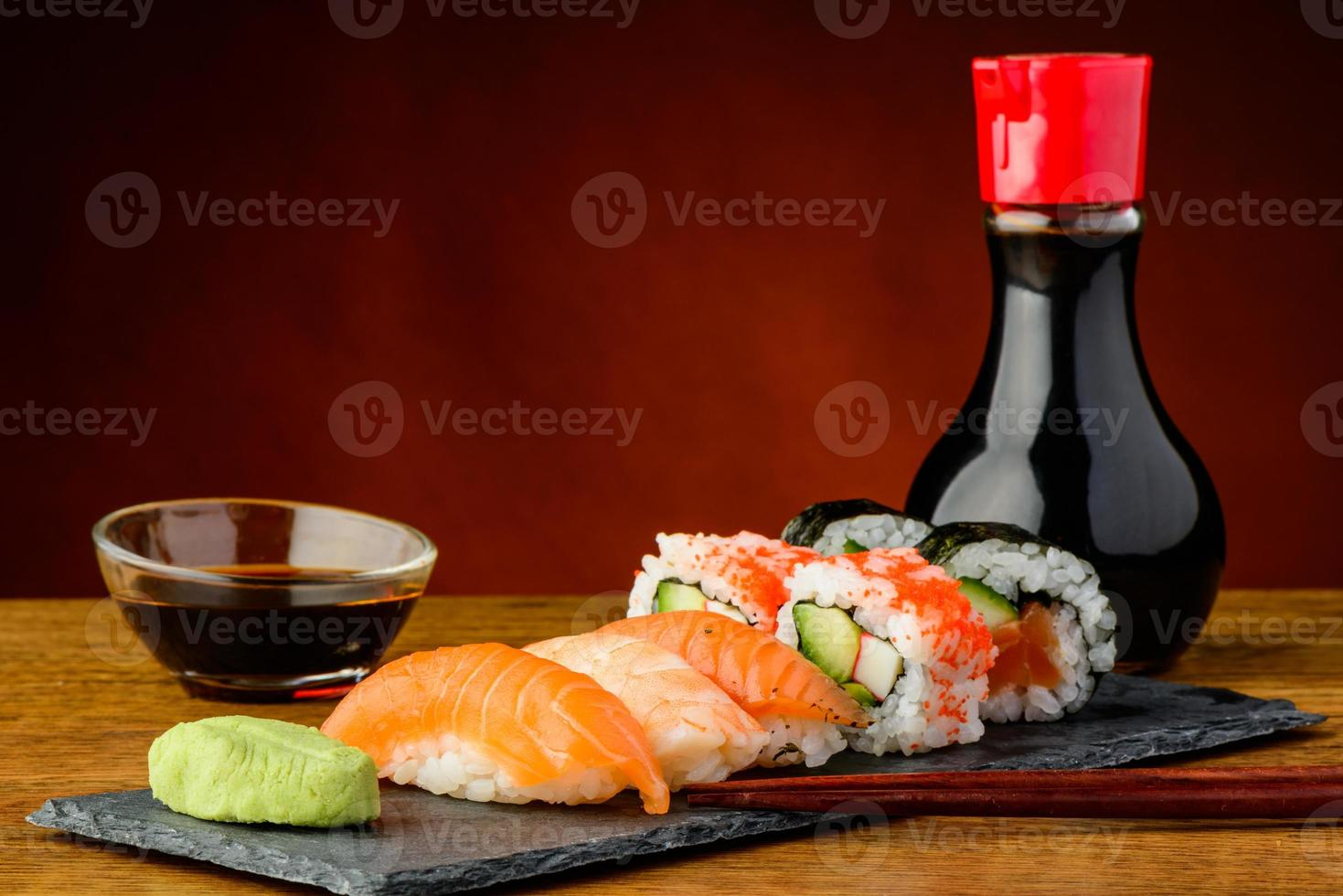 sushi nigiri, uramaki e futomaki foto
