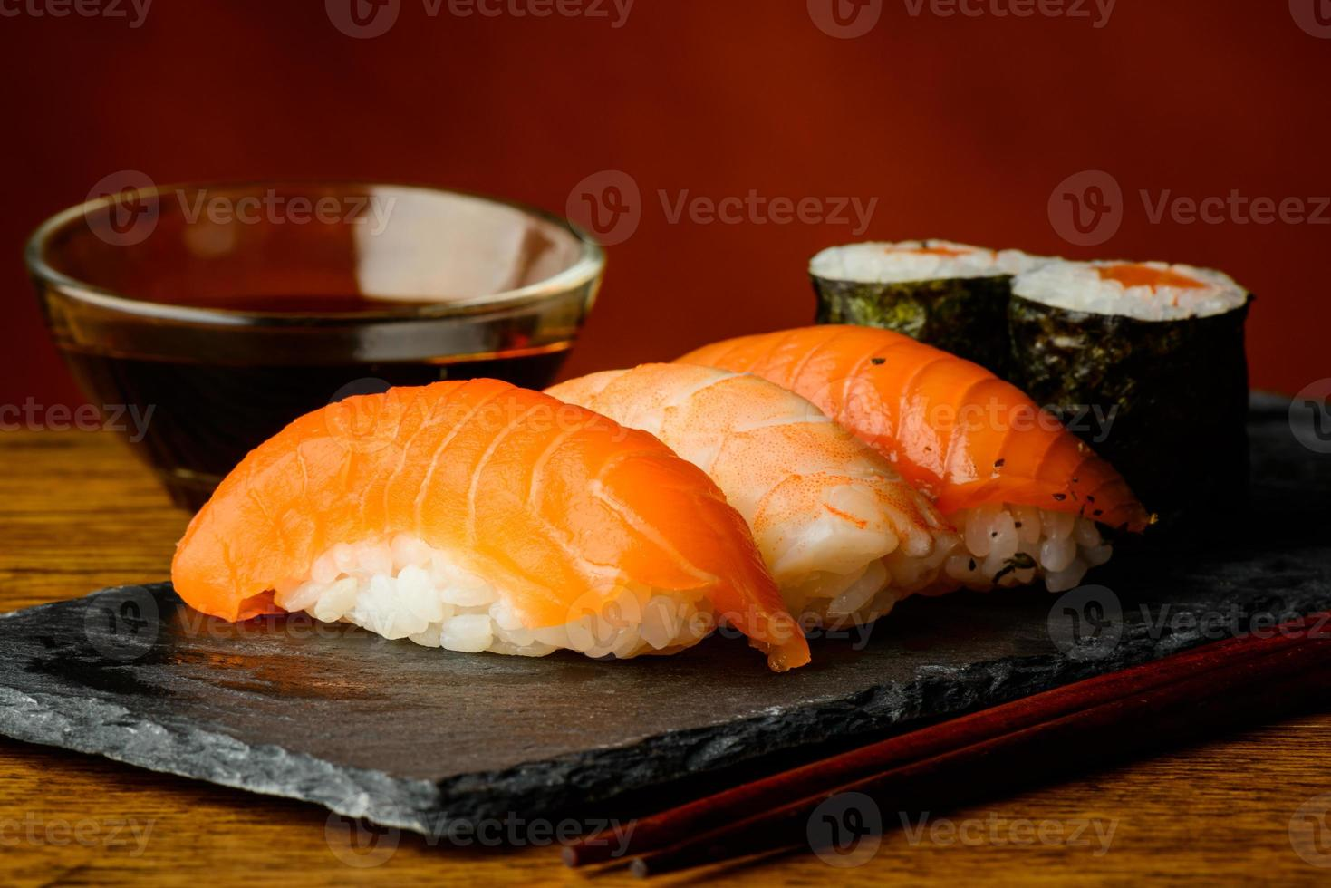 sushi maki e nigiri com molho de soja foto