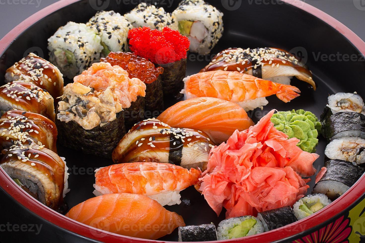 sushi e nigiri definido no prato redondo foto
