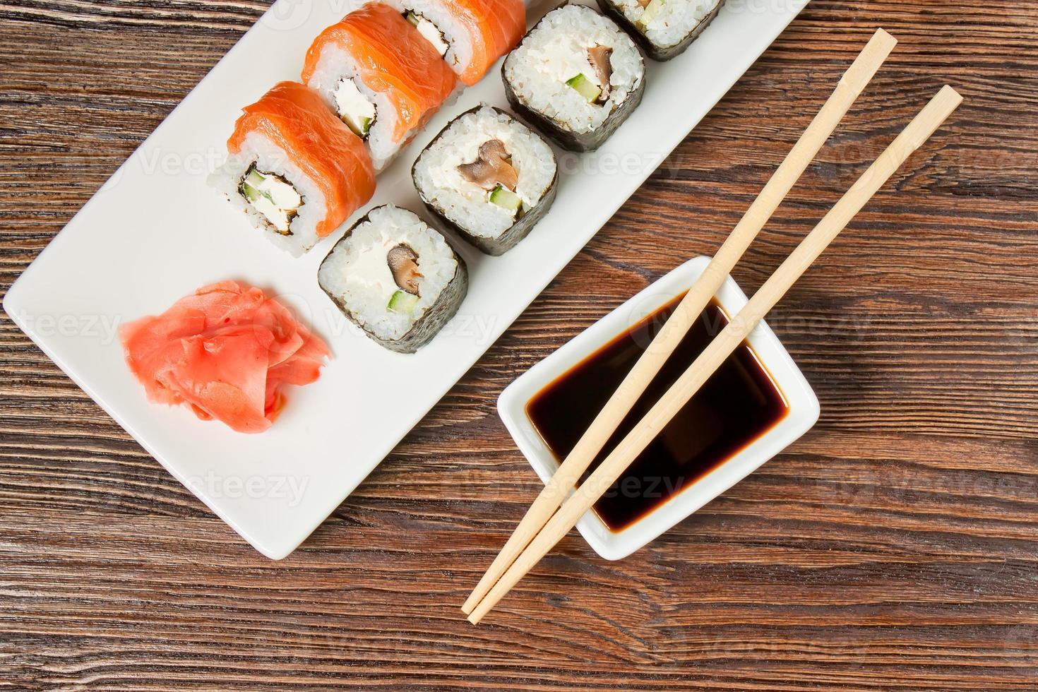 variedade de sushi no prato branco foto