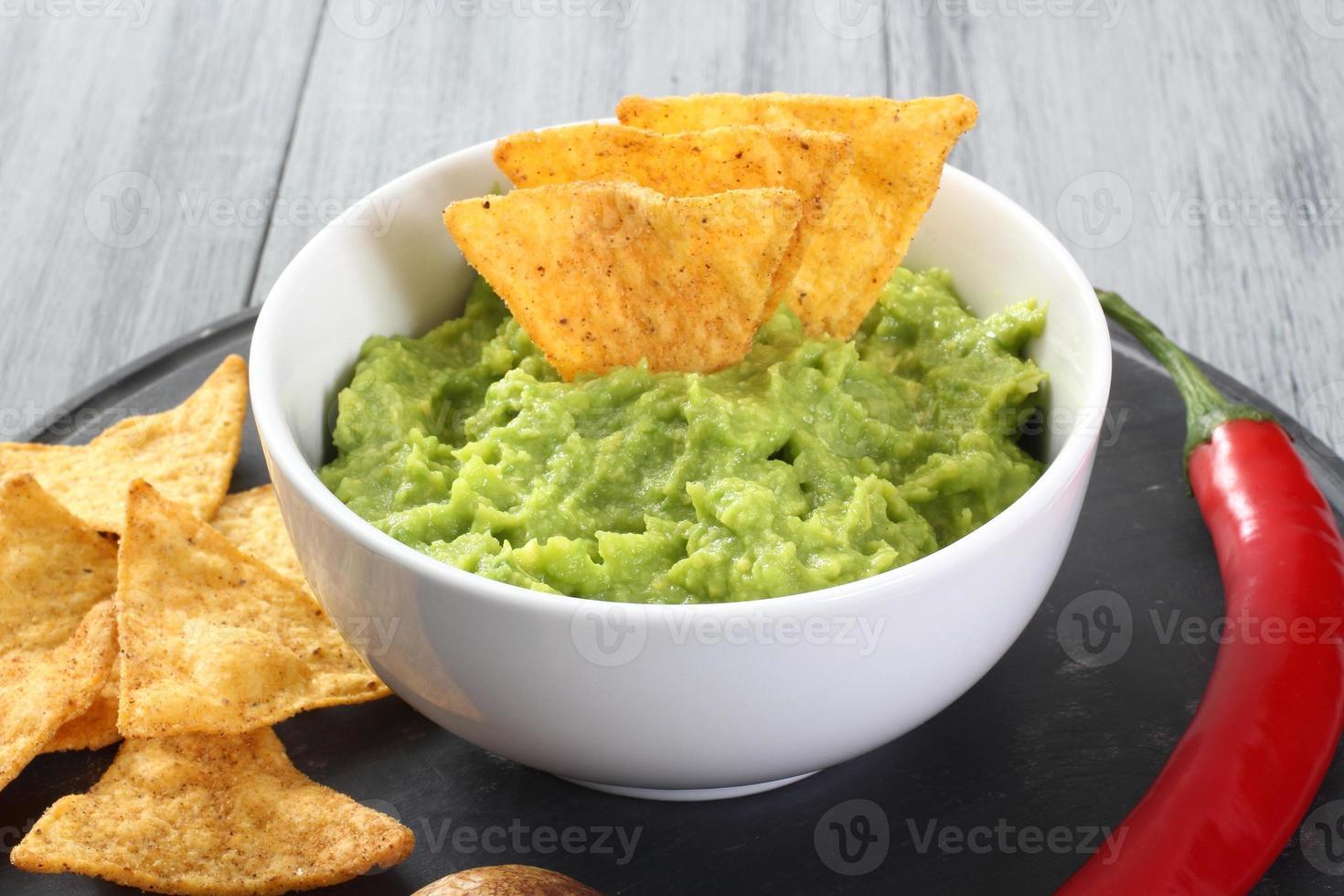 abacate e nachos de guacamole foto